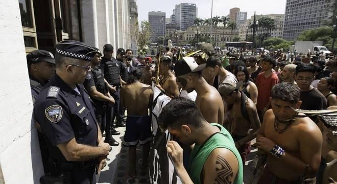 Cerca de 150 indígenas entraram no prédio da Prefeitura para protestar