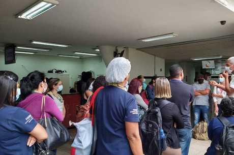 Trabalhadores se reúnem com a direção do hospital