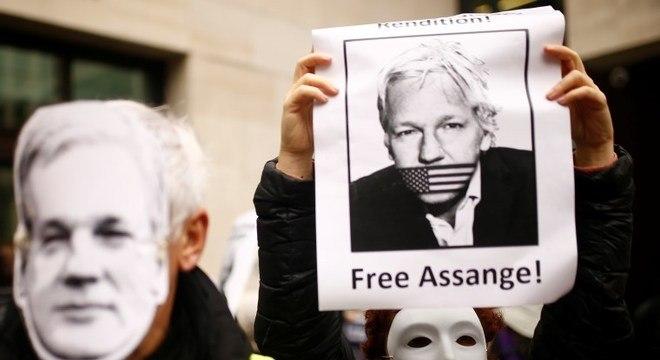 Manifestantes pedem liberdade para Julian Assange em Londres