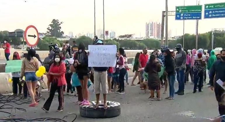 Moradores protestam por moradia e bloqueiam pistas da Marginal Tietê, na zona oeste