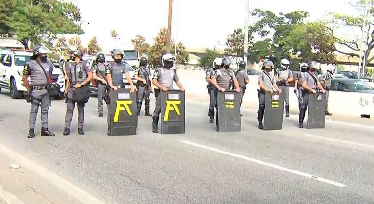 Polícia lança bombas de gás para dispersar protesto na Marginal Tietê, na zona oeste de SP