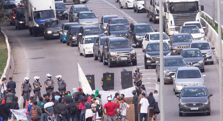 Após 4h30, pistas da Marginal Tietê são liberadas de protesto por moradia