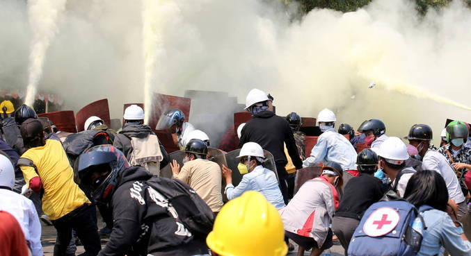 Dois manifestantes morreram em novo dia de protestos em Mianmar