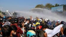 Polícia usa balas de borracha contra manifestantes em Mianmar