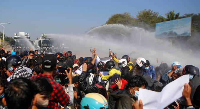 Polícia usa balas de borracha, gás lacrimogêneo e água para acabar com protestos em Mianmar