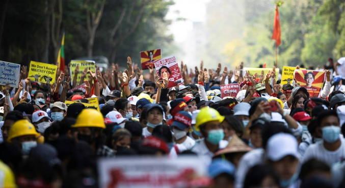 Milhares de pessoas voltaram às ruas para protestar contra golpe em Mianmar