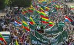 Militantes favoráveis à junta militar armados com facasenfrentaram nesta quinta-feira (25) moradores de Yangon, em um aumento datensão após semanas de protestos contra o golpe de Estado em Mianmar