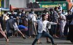 Partidários do exército - alguns armados com facas, tubos eestilingues - atacaram os moradores que vaiavam a manifestação