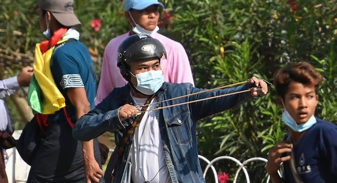 Apoiadores do golpe confrontaram opositores contra nesta quinta-feira (25)