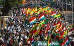 Centenas de partidários dos militares saíram às ruas nocentro da maior cidade do país e exibiram faixas com frases como 'Apoiamosnossas forças de defensa'