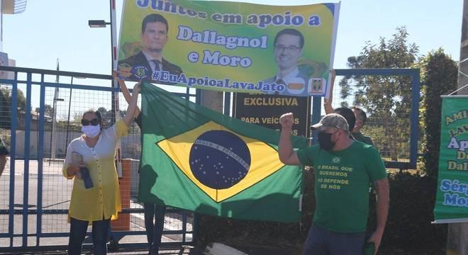 Grupo manifesta apoio a Moro enquanto ele prestava depoimento em Curitiba