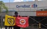 Manifestante em frente ao supermercado Carrefour, na cidade de Porto Alegre, no Rio Grande do Sul, na manhã desta sexta-feira, 20, onde um cliente negro foi espancado e morto por dois seguranças brancos na noite da quinta-feira (19)