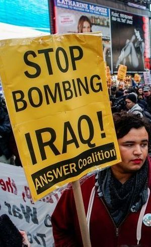 Pessoas protestam em Nova York contra ataques ao Iraque neste sábado