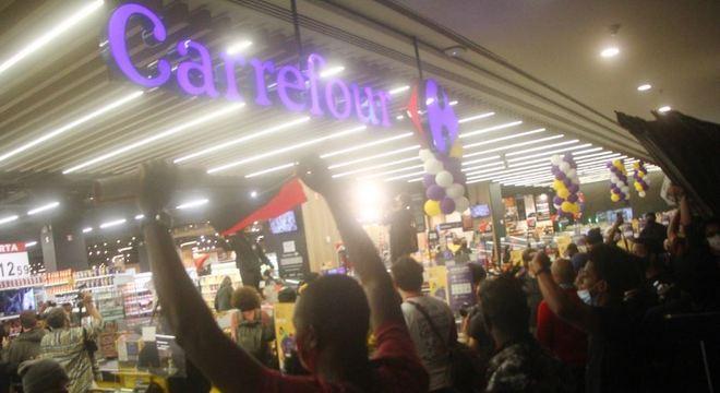Manifestantes invadiram unidade do Carrefour na região da avenida Paulista