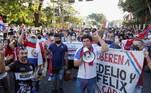 Centenas de pessoas se reuniram no domingo (7) pelo terceiro diaconsecutivo em Assunção para protestar contra o presidente Mario Abdo Benítez,que acusam de corrupção e de má gestão da pandemia de covid-19