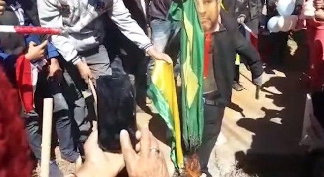 Manifestantes queimam bandeira do Brasil em protesto contra o Paraguai