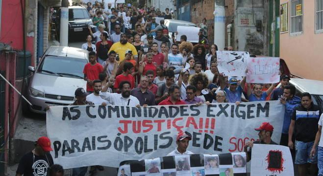 Protesto de moradores da comunidade, três dias após a tragédia