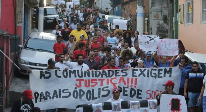 Manifestantes fizeram cordões para fechar ruas no entorno da sede do governo