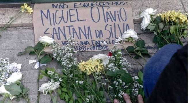 """""""Parece claro que a gente se preocupa pouco com as crianças, que também são nossas - da sociedade""""; acima, protesto pela morte do menino Miguel, em 5 de junho"""