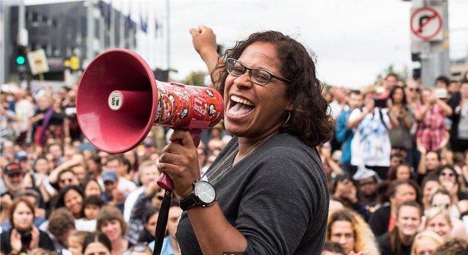 Images Protesto pelos direitos dos aborígines em Melbourne, na Austrália. O reconhecimento e a valorização das línguas indígenas é um dos muitos problemas que afetam essas comunidades