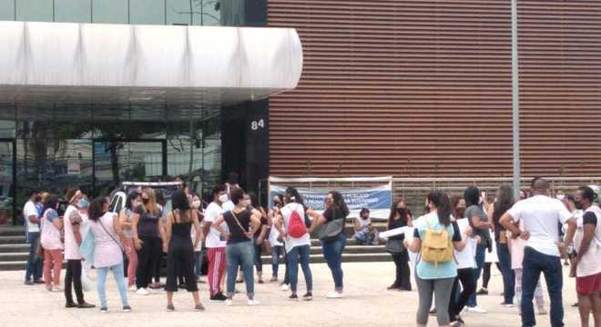 Grupo de mulheres protesta em frente à Prefeitura de Barueri (SP)