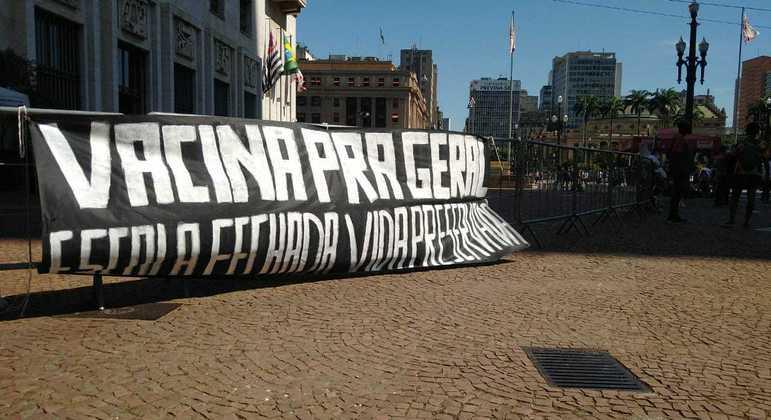 Profissionais da Educação protestam contra volta às aulas em frente à Prefeitura de SP