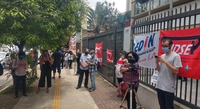 Profissionais protestaram em frente à Secretaria Municipal de Educação
