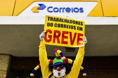 Protesto realizado na porta de uma agência em Porto Alegre (RS)