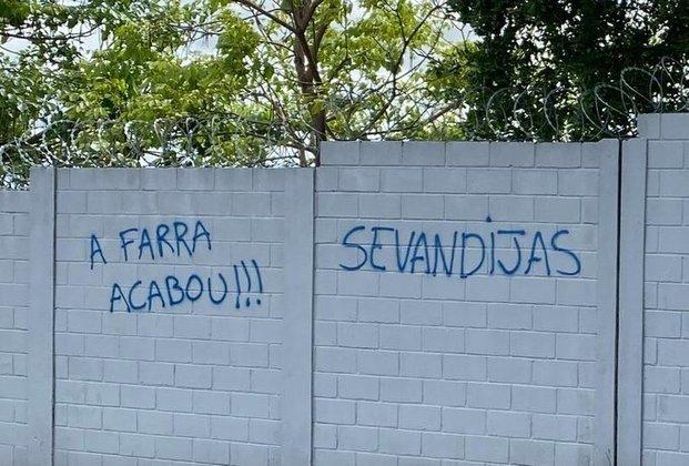 Protesto rebuscado: torcedores do Cruzeiro picham muro do CT chamando jogadores de 'sevandijas' (que vivem às custas dos outros; parasitas)