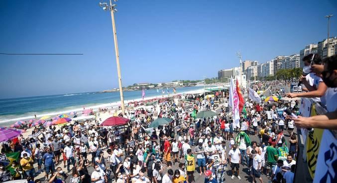 Manifestação na orla de Copacabana, na zona sul do Rio