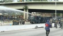 Polícia usa bombas de gás e jatos d'água para dispersar ato em SP