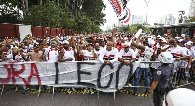 O raivoso protesto da torcida teve Daniel Alves como o alvo principal