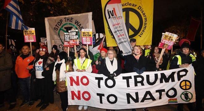 Manifestantes protestam contra Truimp e a OTAN em Londres