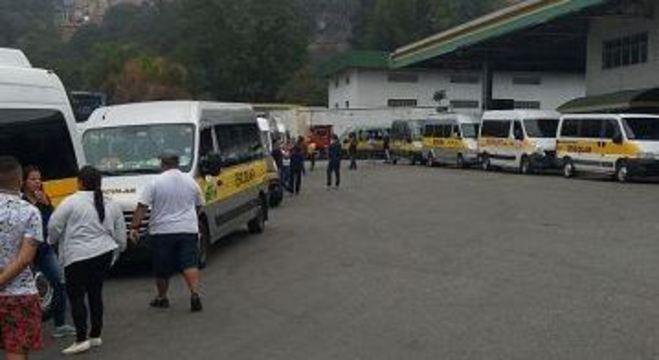 Dezenas de condutores de vans se concentraram em pátio de Carapicuíba