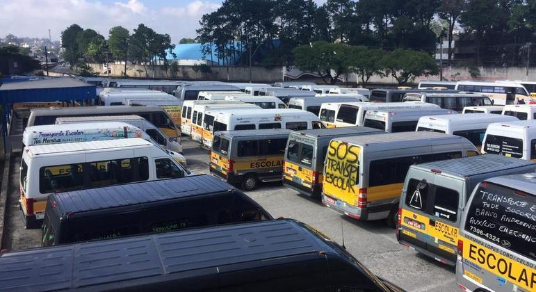 Motoristas de vans se reúnem para reivindicar auxílio emergencial em Santo André