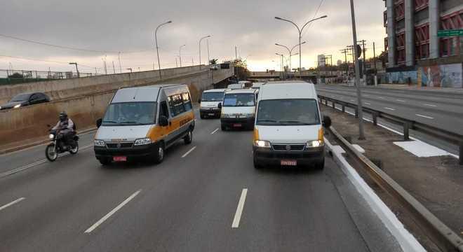 Motoristas de vans escolares fazem carreata na Radial Leste por auxílio