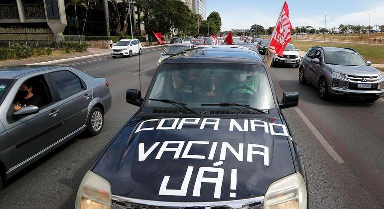 Carreata contra a Copa América no Brasil; manifestantes também pediram vacinas para todos