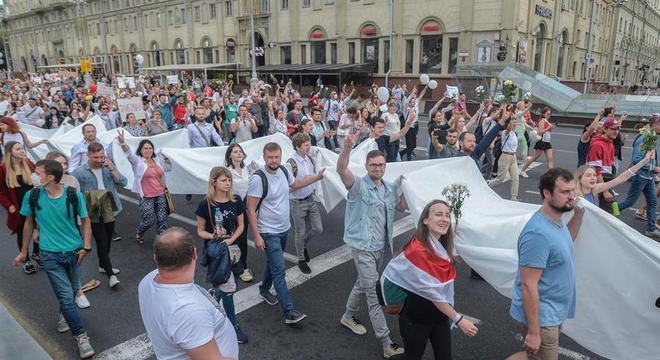 População de Belarus voltou a protestar em Mins nesta sexta-feira (14)
