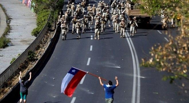Exército e policiais ocuparam as ruas em Santiago