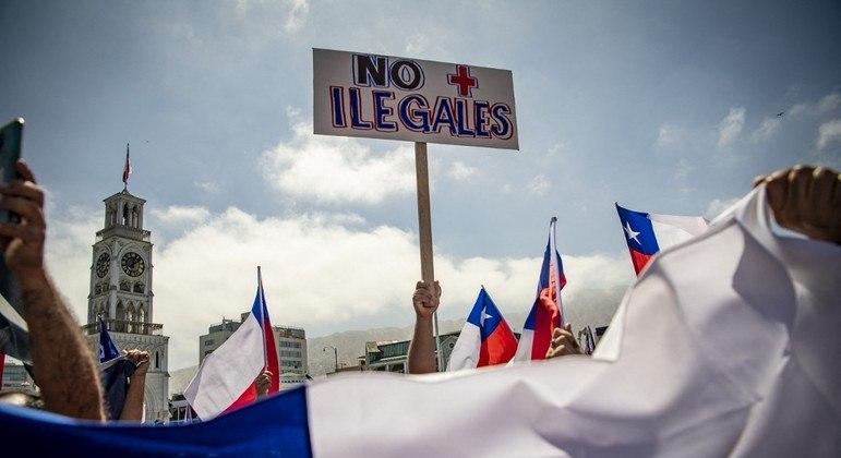 Chilenos protestam contra a entrada de imigrantes ilegais no país