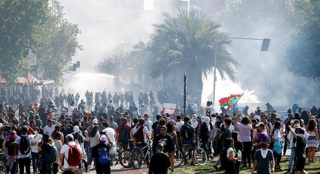 Centenas de pessoas protestaram na Plaza Itália, em Santiago, neste domingo (20)