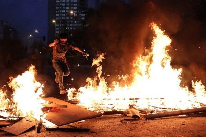 O dia de protestos e greve geral no Chile, na terça-feira (12), deixou um saldo de 849 detidos, 46 civis feridos e 19 delegacias de polícia atacadas, como relatado nesta quarta-feira (13) pelos carabineiros (polícia militarizada)Leia também:Chile diz que iniciará caminho para 'nova Constituição' pelo Congresso