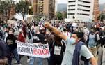 Pelo menos 72 civis e 19 policiais ficaram feridos nos protestos da noite de terça-feira (4) em Bogotá, nos quais manifestantes atacaram pelo menos 23 delegacias, uma das quais foi incendiada com dez agentes no interior, na véspera de uma nova paralisação nacional contra o governo do presidente colombiano, Ivan Duque
