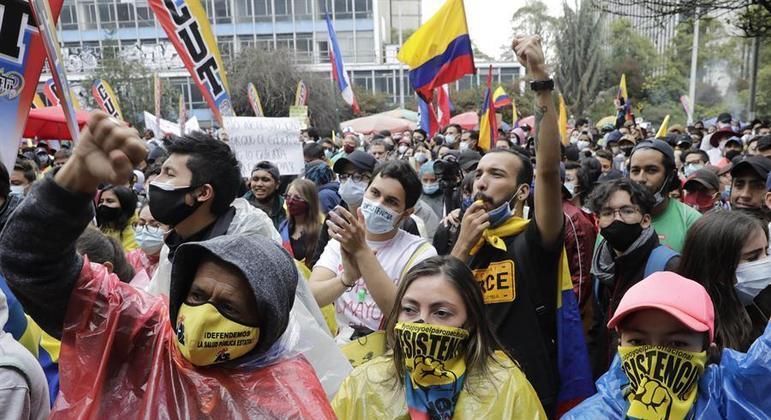 Manifestantes ocupam as ruas das principais cidades colombianas contra o governo de Duque