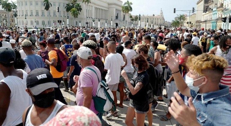 Milhares de pessoas se reuniram em toda Cuba para protestar contra governo
