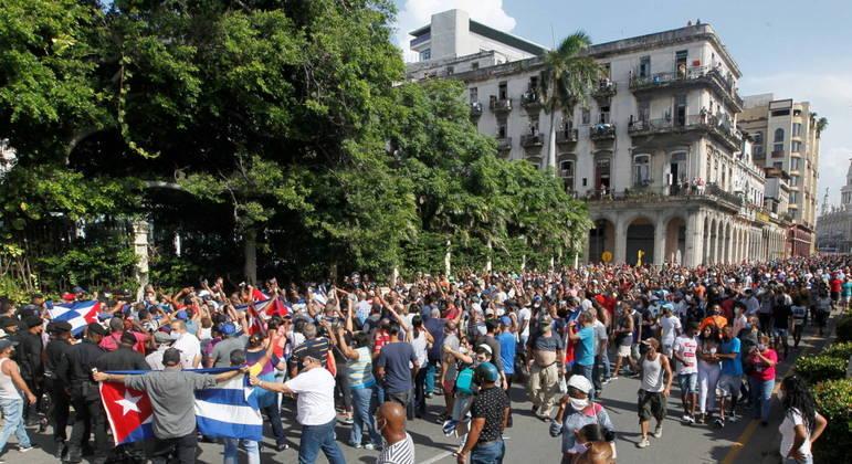 Centenas de cubanos foram às ruas de Havana no domingo