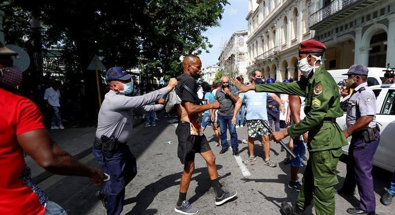 Manifestante preso durante mobilização popular que ocupou as ruas da capital de Cuba