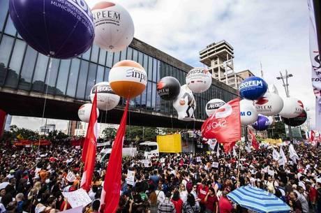 Manifestantes na Paulista contra cortes na Educação