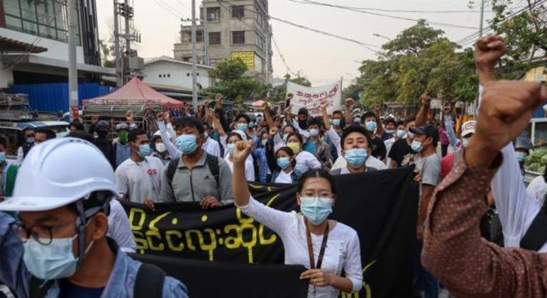 Manifestantes voltaram às ruas nesta segunda-feira (5) em várias áreas, como Mandalay