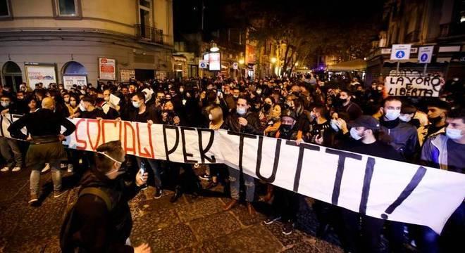Empresários e trabalhadores protestaram em Nápoles contra novo lockdown